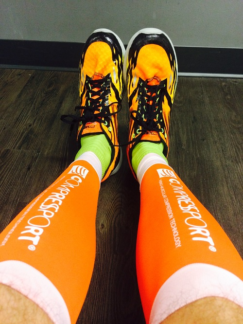 les manchons de compression orange de compressport